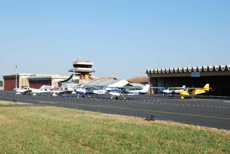 Une partie de la flotte devant le hangar